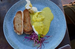 Poached eggs with spinach hollandaise